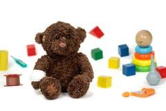Teddybeer met verband op witte achtergrond wordt geïsoleerd die Stock Afbeeldingen