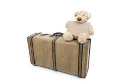 Teddybeer op een oude uitstekende koffer Stock Foto