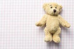 Teddybeer op geruite achtergrond Royalty-vrije Stock Afbeelding