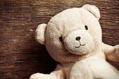 Teddybeer op oude houten achtergrond Stock Fotografie