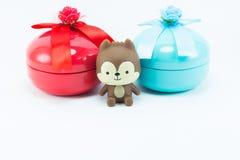 Teddybeer op rode blauwe giftdoos op witte achtergrond Royalty-vrije Stock Afbeeldingen