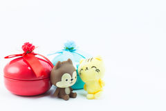 Teddybeer op rode blauwe giftdoos op witte achtergrond Stock Fotografie