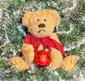 Teddybeer over Kerstmisdecoratie Stock Afbeelding