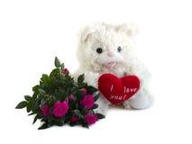 Teddybeer, rood fluweelhart en boeket van rozen Royalty-vrije Stock Afbeeldingen