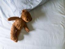 Teddybeer verlaten op bed Stock Foto