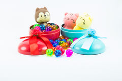Teddybeer, wervelingskat op rode blauwe giftdoos Royalty-vrije Stock Afbeelding
