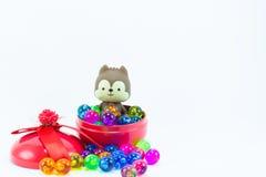 Teddybeer, wervelingskat op rode blauwe giftdoos Royalty-vrije Stock Afbeeldingen