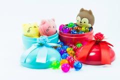 Teddybeer, wervelingskat op rode blauwe giftdoos Royalty-vrije Stock Foto's
