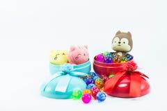 Teddybeer, wervelingskat op rode blauwe giftdoos Stock Foto