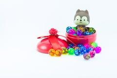 Teddybeer, wervelingskat op rode blauwe giftdoos Stock Afbeelding