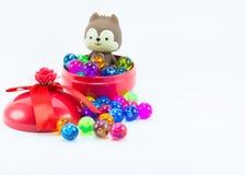 Teddybeer, wervelingskat op rode blauwe giftdoos Stock Fotografie