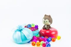 Teddybeer, wervelingskat op rode blauwe giftdoos Royalty-vrije Stock Fotografie