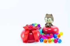 Teddybeer, wervelingskat op rode blauwe giftdoos Stock Afbeeldingen