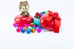 Teddybeer, wervelingskat op rode blauwe giftdoos Stock Foto's