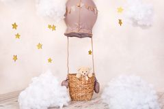 Teddybeerreiziger en proef Kinderjarendromen De ruimte van modieuze uitstekende kinderen met aerostaat, ballons en textielwolken  stock fotografie