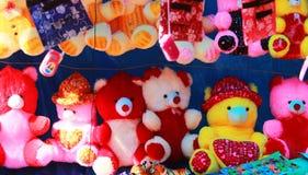 Teddybeerzitting op een rij royalty-vrije stock afbeeldingen