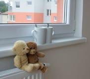 Teddyberen op radiator Stock Fotografie