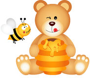Teddybär isst den Honig und Biene, die verärgert sind Stockfotografie