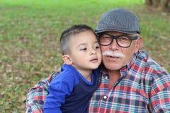 Teder beeld van grootouder met kleinzoon stock foto's