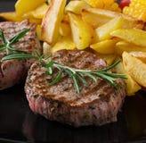 Teder en sappig kalfsvleeslapje vlees Stock Foto's