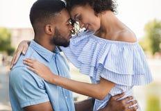 Teder jong paar die het houden van ogenblik in openlucht delen royalty-vrije stock afbeeldingen