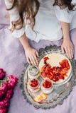 Teder meisje op een picknick die romig dessert in kruik houden Royalty-vrije Stock Foto's