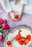 Teder meisje op een picknick die romig dessert in kruik houden Royalty-vrije Stock Afbeelding