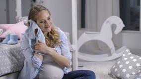 Teder Ogenblik Mamma wat betreft gezicht met baby onesie stock video