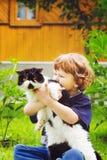 Teder ogenblik tussen weinig jongen en zijn katachtige vriendenkat Focu Royalty-vrije Stock Fotografie