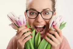 Tedere de lentetulpen in zachte vrouwelijke handen Stock Foto's
