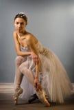 Tedere geïsoleerde balletdanserzitting royalty-vrije stock fotografie