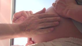 Tedere Handen de Toekomstige Vader stock video