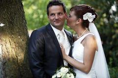Tedere huwelijkskus Stock Foto's
