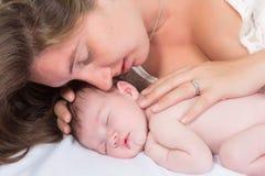 Tedere ogenblikmoeder en baby Stock Foto
