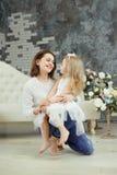 Tedere omhelzingsmoeder en dochter stock afbeelding