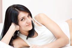 Tedere vrouw op het bed stock foto