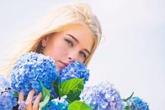 Tederheid van jonge huid De lentebloei Van de de greephydrangea hortensia van het meisjes teder blonde de bloemenboeket Natuurlij stock fotografie