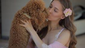 Tederheid van jonge vrouw met hond stock footage