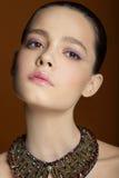 Tederheid vrouwelijkheid Portret van jonge brunette Stock Foto's
