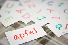 Tedesco; Apprendimento della parola nuova con le carte di alfabeto; Scrittura del A Fotografia Stock