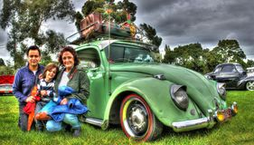 Tedesco d'annata Volkswagen Beetle e famiglia Immagine Stock