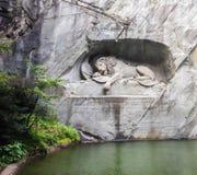 Tedesco di morte del monumento del leone: Lowendenkmal ha scolpito sul fronte della scogliera di pietra con lo stagno in priorità Fotografie Stock Libere da Diritti