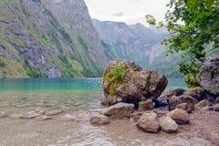 Tedesco Konigssee vicino a Berchtesgaden con le montagne ripide e la grande roccia Immagine Stock