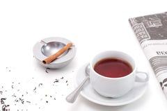 Tee, Aschenbecher und Zeitung Lizenzfreie Stockfotos