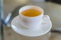 Tee auf dem Glastisch lizenzfreie stockfotos