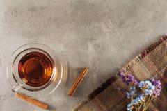 Tee auf dem Tisch mit Wildflowers Lizenzfreie Stockbilder