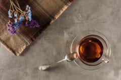 Tee auf dem Tisch mit Wildflowers Lizenzfreies Stockbild