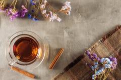 Tee auf dem Tisch mit Wildflowers Lizenzfreie Stockfotos
