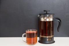 Tee auf dem Tisch, schwarzer Hintergrund Stockfoto