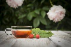 Tee auf einem schäbigen Holztisch lizenzfreies stockbild